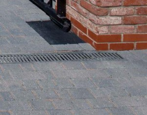 Block paving installation - Aco linear drainage on a block paving driveway